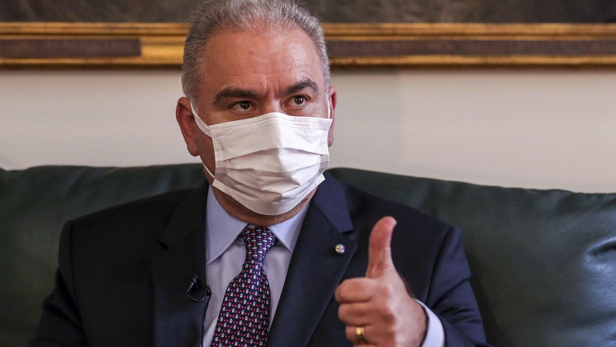 O ministro da Saúde brasileiro, Marcelo Queiroga, fala em entrevista à Agência Lusa no Hospital Santa Maria em Lisboa, 26 de outubro de 20121. (ACOMPANHA TEXTO)  TIAGO PETINGA/LUSA