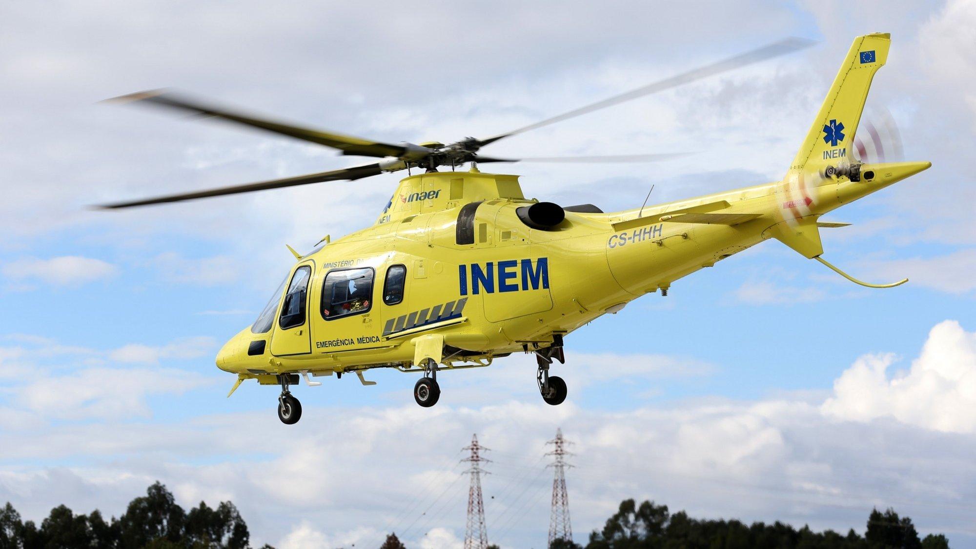 Homem queimado transferido por um helicóptero do INEM