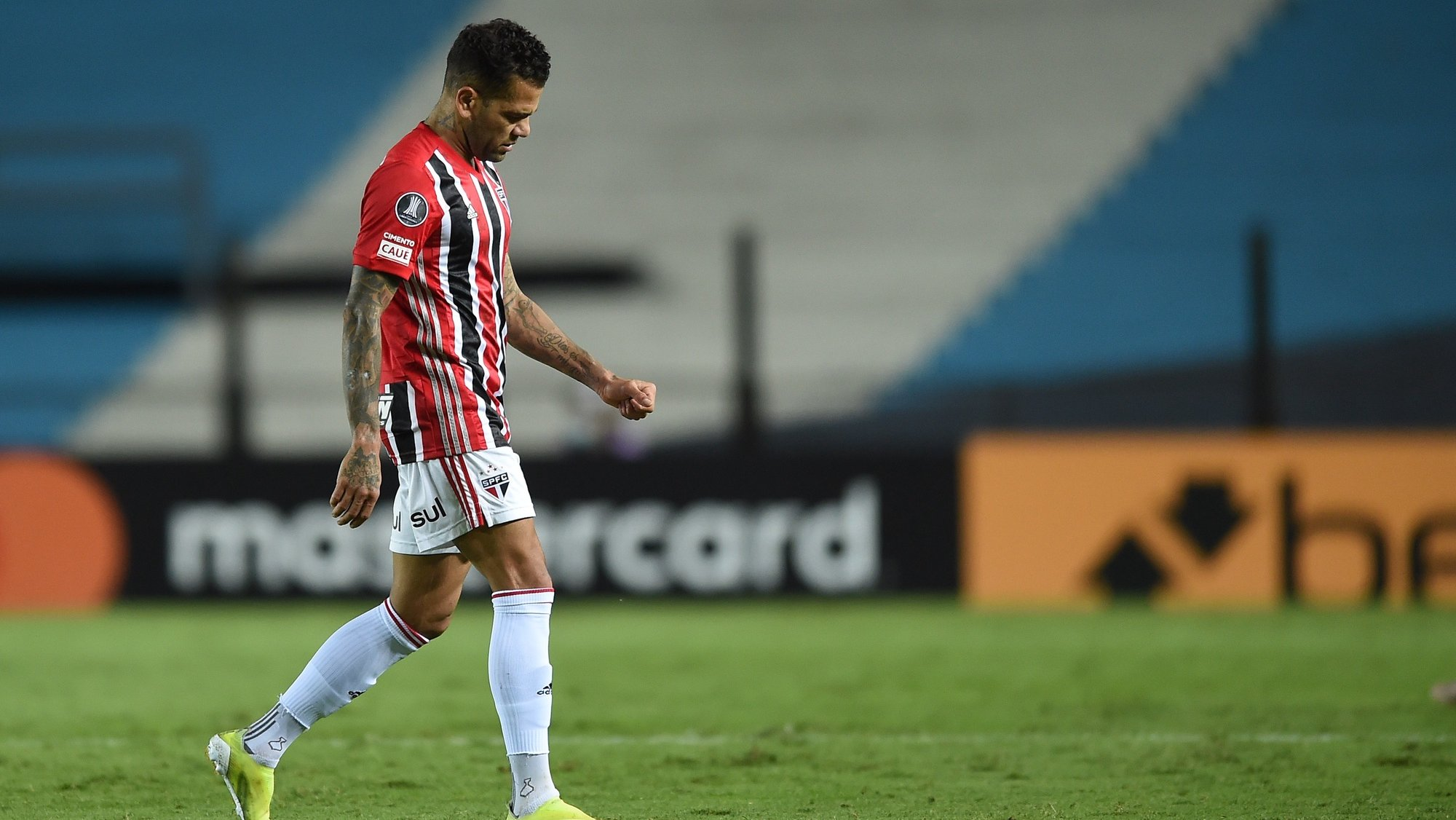 epa09180022 Sao Paulo's Dani Alves exits the pitch for a substitution during the Group E match of the Copa Libertadores between Racing Club and Sao Paulo, at the Presidente Peron 'El Cilindro' stadium, in Avellaneda, Argentina, 05 May 2021.  EPA/Marcelo Endelli / POOL