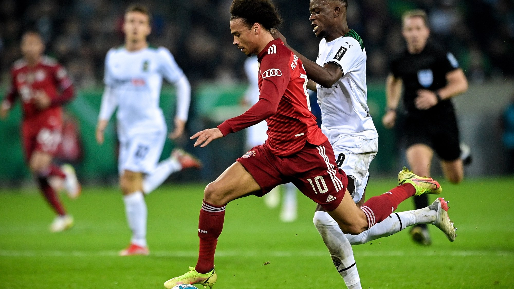 epa09549820 Bayern's Leroy Sane (L) in action against Moenchengladbach's Denis Zakaria (R) during the German DFB Cup second round soccer match between Borussia Moenchengladbach and FC Bayern Muenchen at Borussia-Park in Moenchengladbach, Germany, 27 October 2021.  EPA/SASCHA STEINBACH CONDITIONS - ATTENTION: The DFB regulations prohibit any use of photographs as image sequences and/or quasi-video.