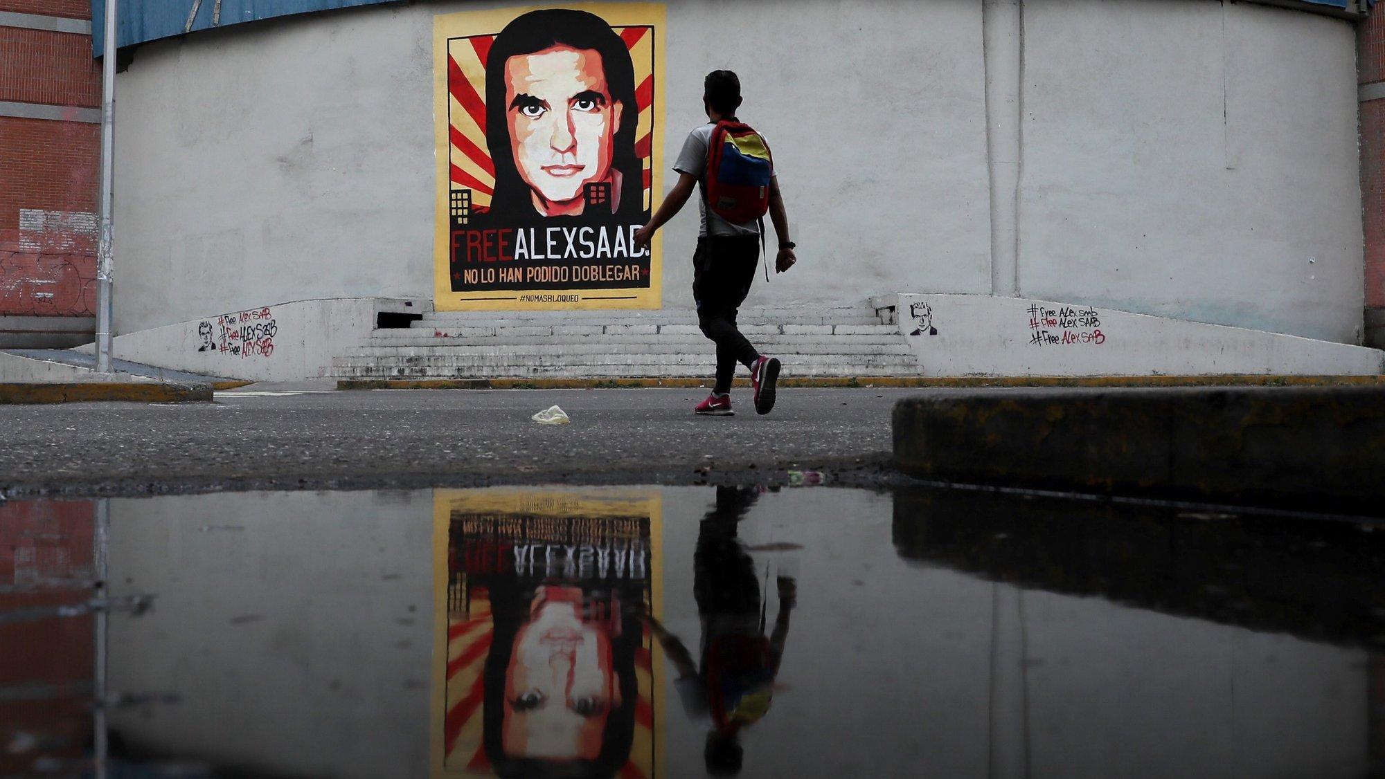 Cartaz de apoio ao homem de negócios Colombo-venezuelano Alex Saab em Caracas. EPA/MIGUEL GUTIERREZ