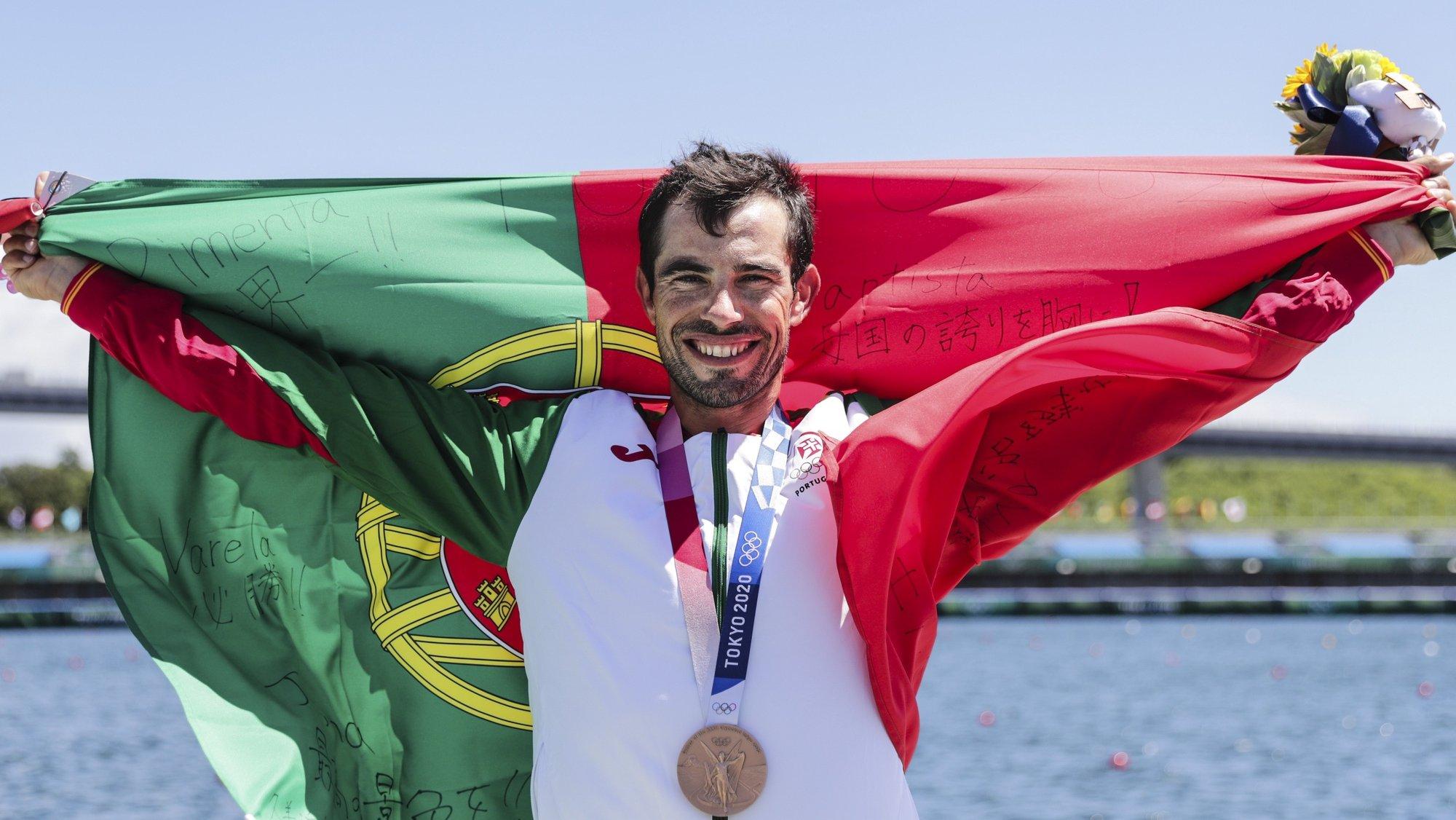 O canoista português Fernando Pimenta comemora a sua medalha de bronze de terceiro lugar na final de Caiaque K1 1000 metros dos Jogos Olimpicos de Tóquio2020 no Sea Forest Waterways de Tóquio, 03 de agosto de 2021. TIAGO PETINGA/LUSA