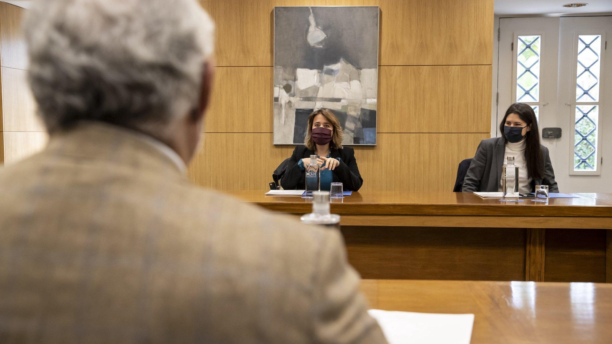 O primeiro-ministro, António Costa (E), durante uma audiência com uma delegação do Bloco de Esquerda composta pela coordenadora Catarina Martins (C), pela deputada Mariana Mortágua (D) e pelo líder parlamentar, Pedro Filipe Soares (ausente da foto), para debater a necessidade de medidas mais restritivas para travar o aumento de contágios do novo coronavírus (covid-19) em Portugal, no Palácio de São Bento, em Lisboa, 09 de janeiro de 2021. JOSÉ SENA GOULÃO/LUSA