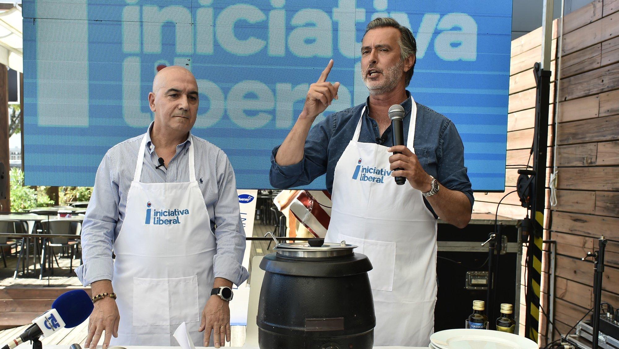 João Cotrim Figueiredo (D), presidente da Iniciativa Liberal (IL)  acompanhado pelo candidato ás autárquicas a Viseu, Fernando Figueiredo (E), esta manhã durante uma ação de campanha na cidade de Viseu, 21 de Setembro de 2021. NUNO ANDRÉ FERREIRA/LUSA.