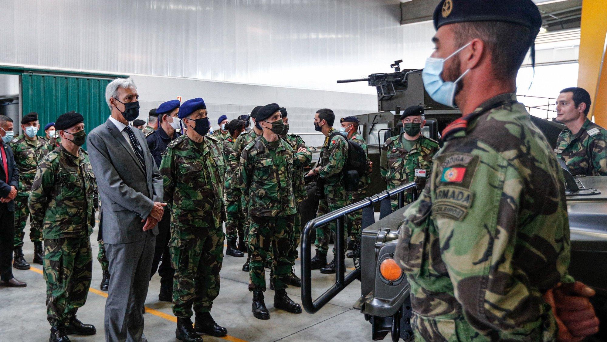 O ministro da Defesa Nacional, João Gomes Cravinho (E), durante a visita à Unidade de Apoio Geral de Material do Exército, em Alcochete, 16 de abril de 2021.ANTÓNIO COTRIM/LUSA
