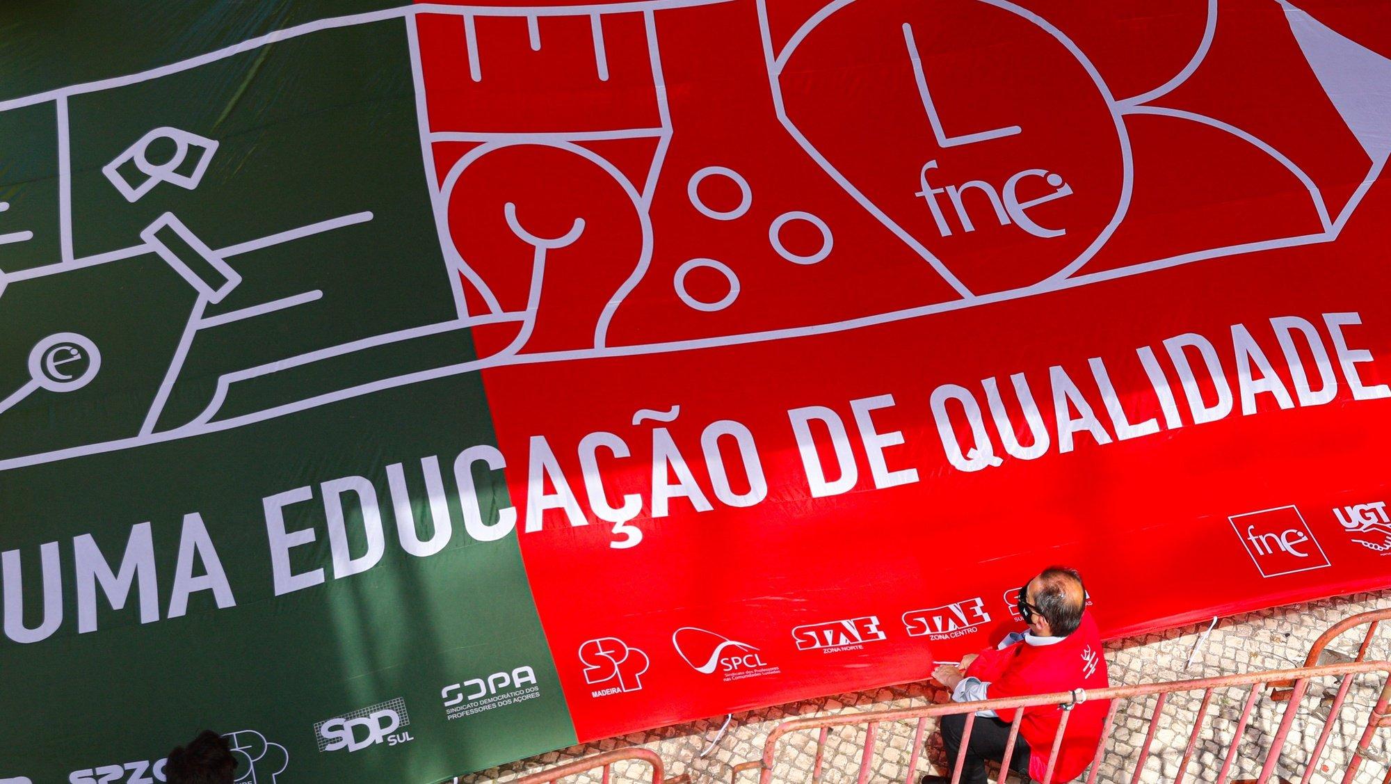 """Concentração de dirigentes sindicais da Federação Nacional da Educação (FNE), em frente ao Ministério da Educação (ME), em Lisboa, 08 de junho de 2021. A concentração é convocada para se encontrarem soluções que """"valorizem os trabalhadores da educação do nosso país e lhes garantam condições dignas para o exercício profissional, no contexto exigente em que vivemos"""". ANTÓNIO COTRIM/LUSA"""