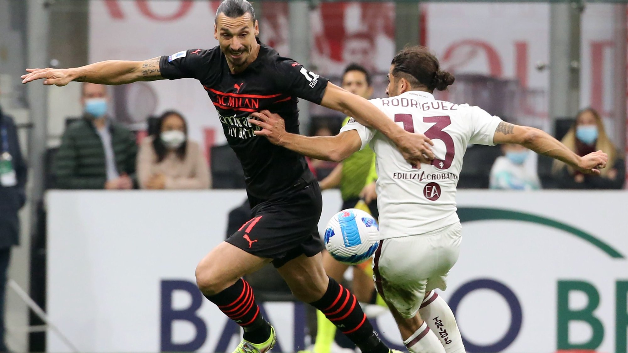 epa09547874 AC Milan's Zlatan Ibrahimovic (L) challenges for the ball Torino's Ricardo Rodriguez during the Italian serie A soccer match between AC Milan and Torino FC at Giuseppe Meazza stadium in Milan, Italy, 26 October 2021.  EPA/MATTEO BAZZI