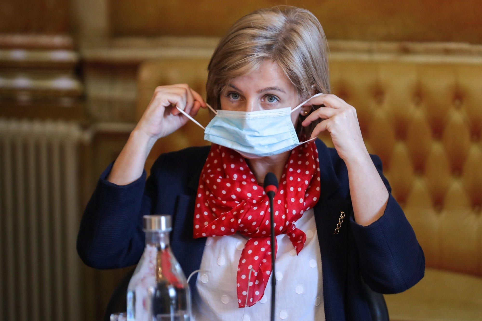 A ministra da Saúde, Marta Temido, retira a sua máscara de proteção respiratória contra a covid-19 à chegada para a sua audição perante a Comissão de Saúde, na Assembleia da República, em Lisboa, 20 de maio de 2020. MIGUEL A. LOPES/LUSA