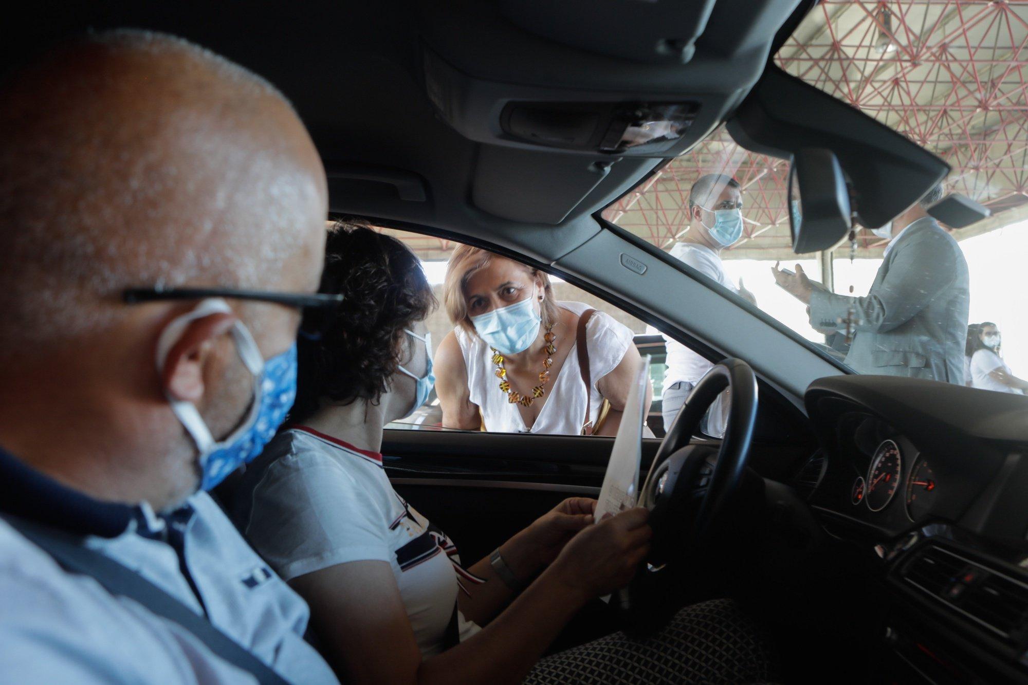 """A Cap Magellan, principal associação de jovens luso-descendentes em França, que organiza a ação pelo 18º ano consecutivo. A campanha é dirigida aos portugueses e luso-descendentes, residentes em França, que se deslocam de carro a Portugal durante as férias de Verão, durante a ação da campanha de segurança rodoviária """"Sécur'été 2020 – Verão Em Portugal"""" na Fronteira de Vilar Formoso MIGUEL PEREIRA DA SILVA/LUSA"""