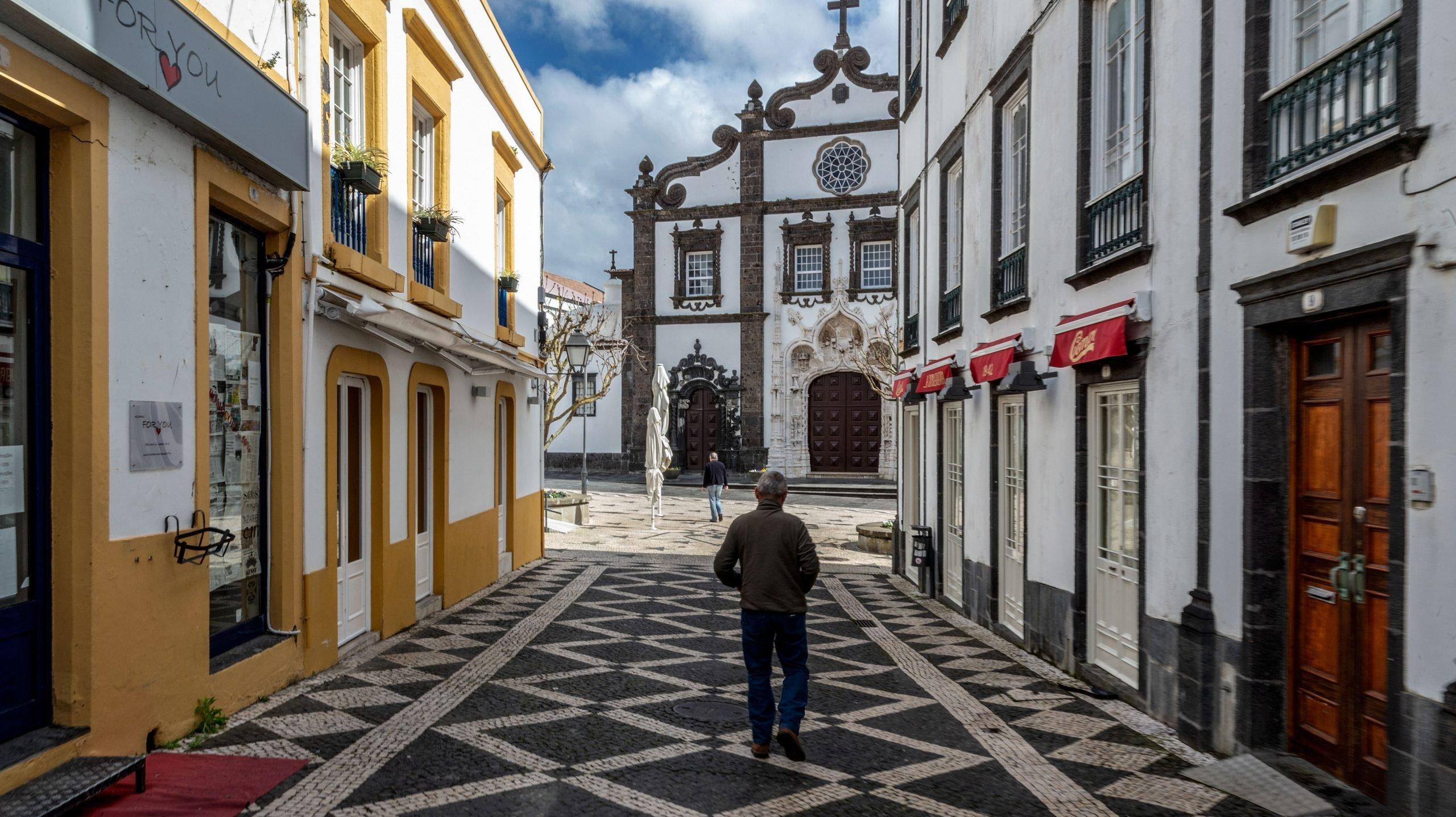 A pandemia de covid-19 deixou Ponta Delgada praticamente deserta. As poucas pessoas que circulavam hoje no centro da cidade açoriana foram tratar de serviços essenciais e os poucos empresários que mantinham as portas abertas mostravam-se apreensivos, Ponta Delgada, Ilha de São Miguel, Açores, 25 de março d 2020. (ACOMPANHA TEXTO) EDUARDO COSTA /LUSA