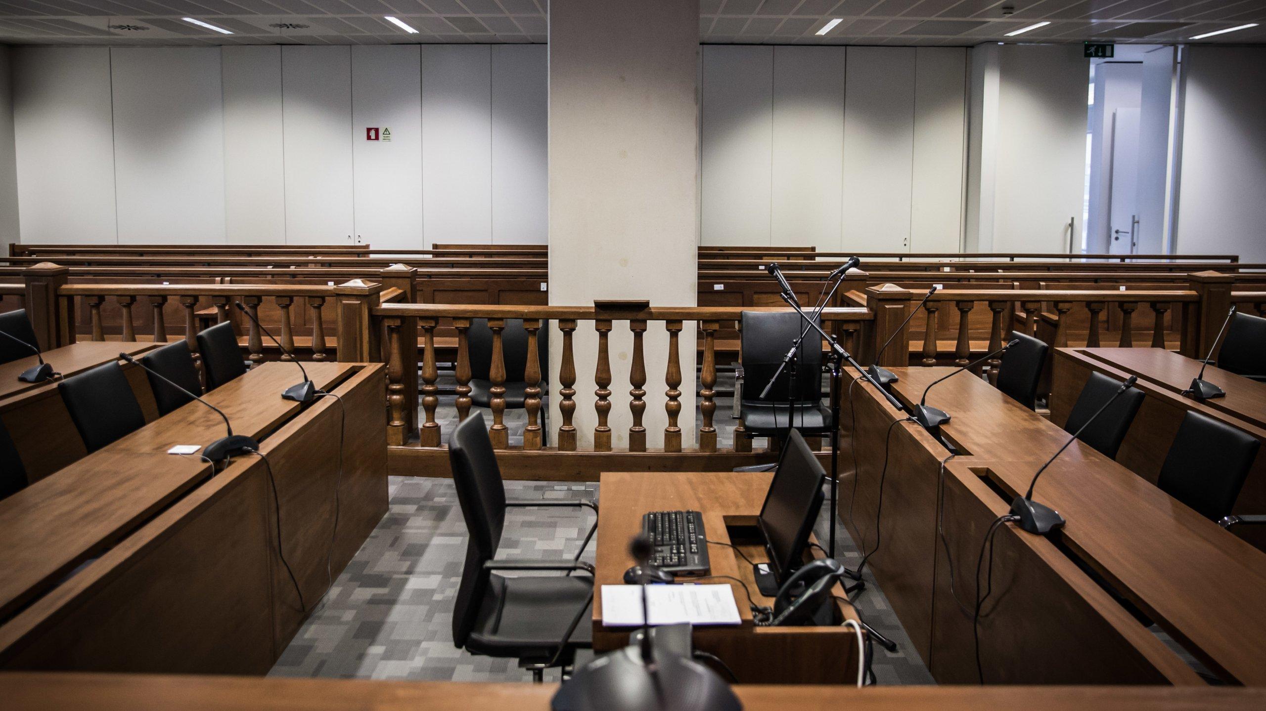 Maior sala de audiências e julgamento do Campus de Justiça em Lisboa. Nesta sala são julgados os casos da Operação Marquês, que envolvem o ex-primeiro ministro, José Sócrates, e o caso do hacker Rui Pinto, acusado por 90 crimes.