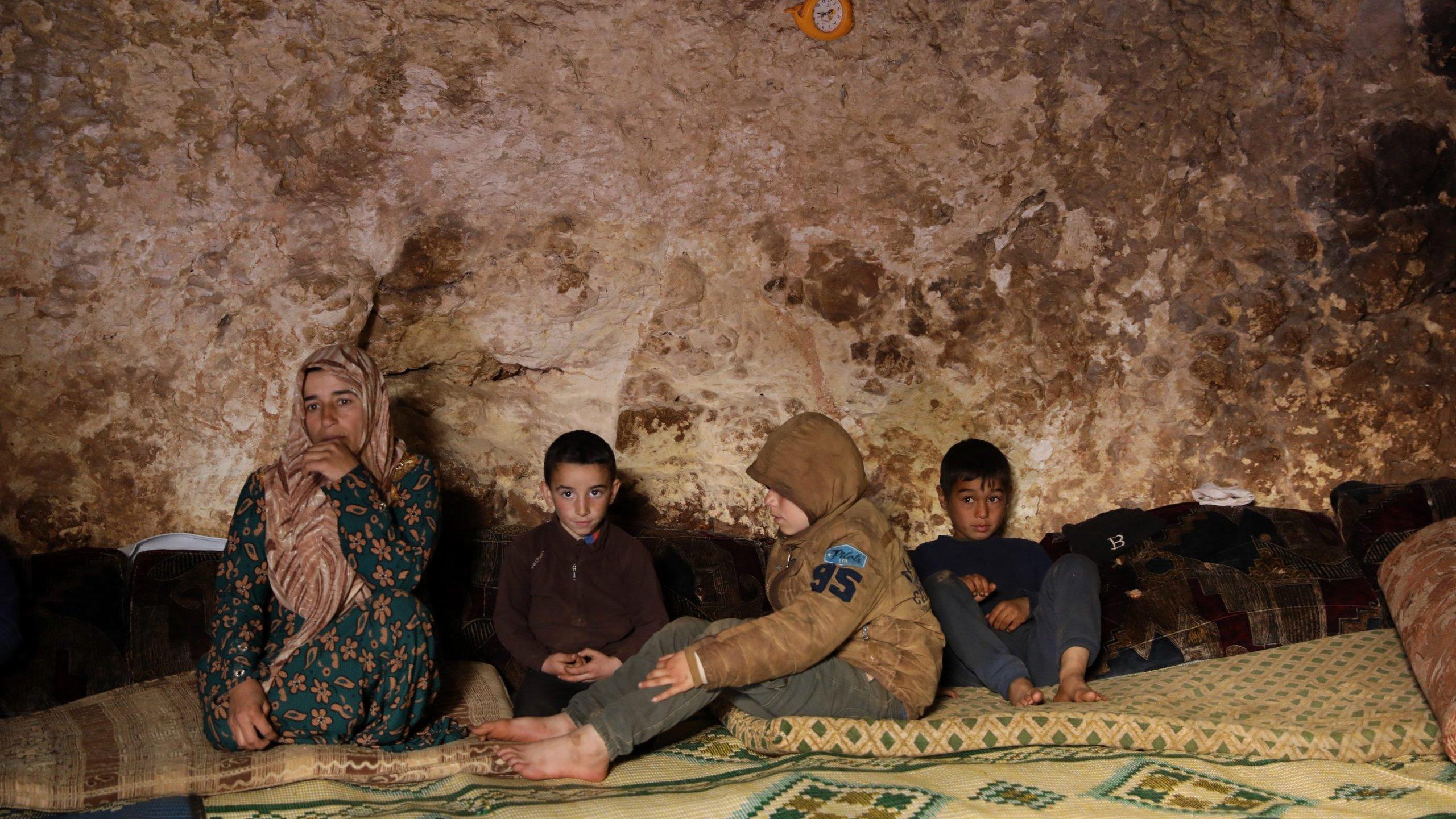 Famílias deslocadas vivem em abrigos subterrâneos em Idlib