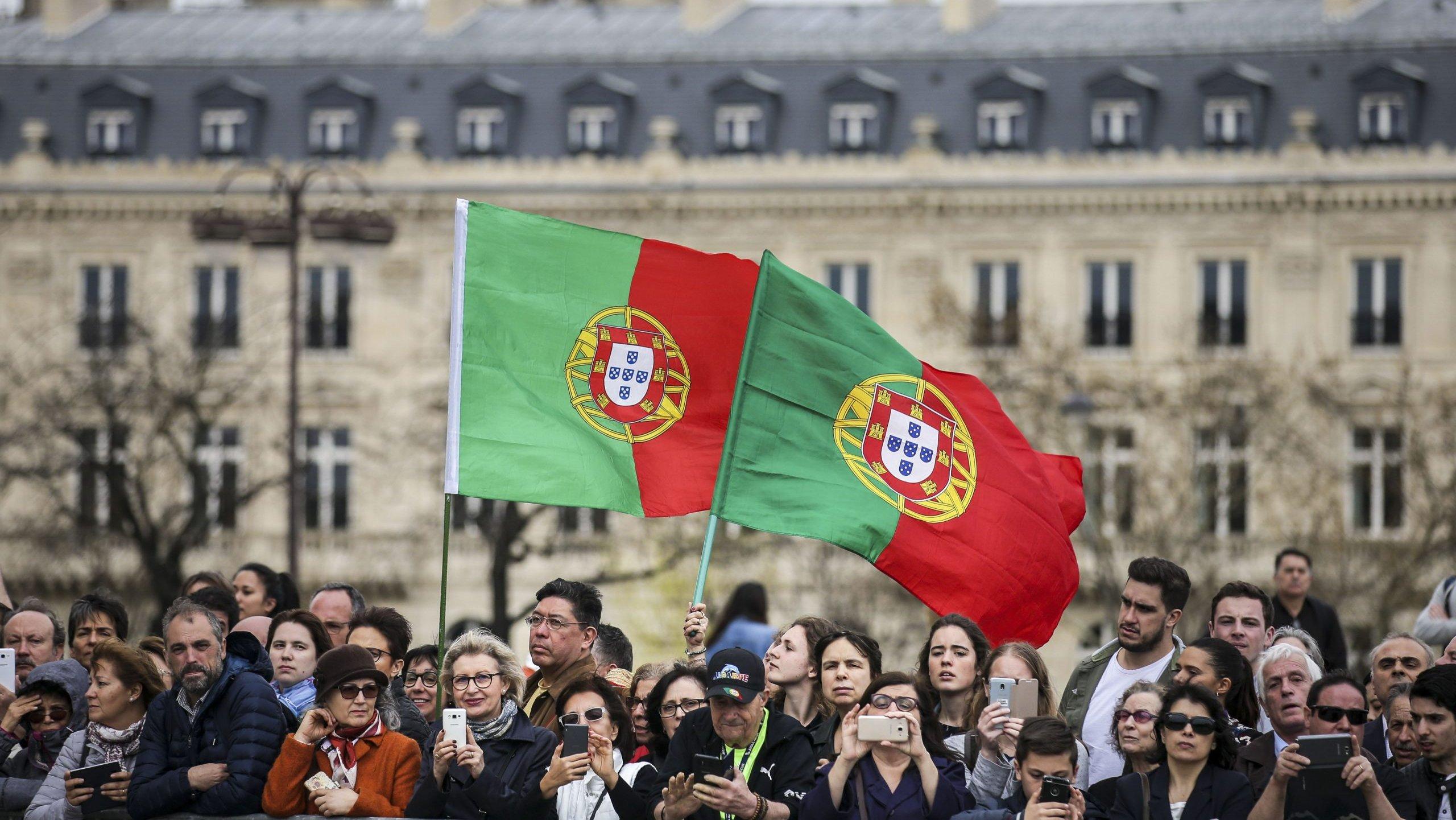 Emigrantes portugueses assistem à Cerimónia Militar de Homenagem ao Soldado Desconhecido Francês no âmbito das Comemorações do Centenário da Batalha de La Lys, no Arco do Triunfo em Paris, França, 8 de abril de 2018. MÁRIO CRUZ/LUSA