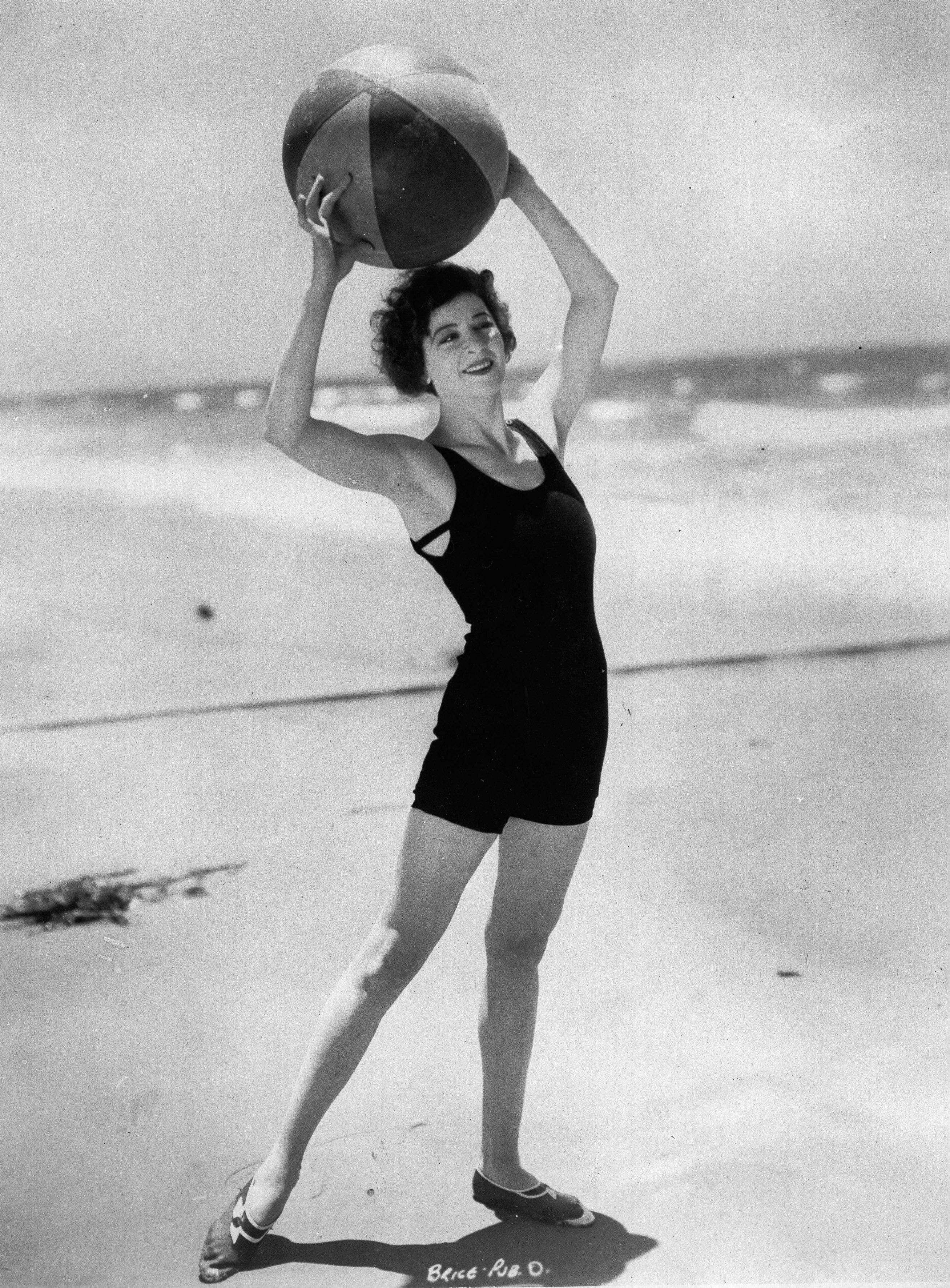 Fanny Brice. US-american comedian/ singer/ theatre and film actress. On a beach in California. About 1925. Photograph. (Photo by Imagno/Getty Images) Fanny Brice. US-amerikanische Komikerin/ Entertainerin/ Sängerin, Theater- und Filmschauspielerin. An ein