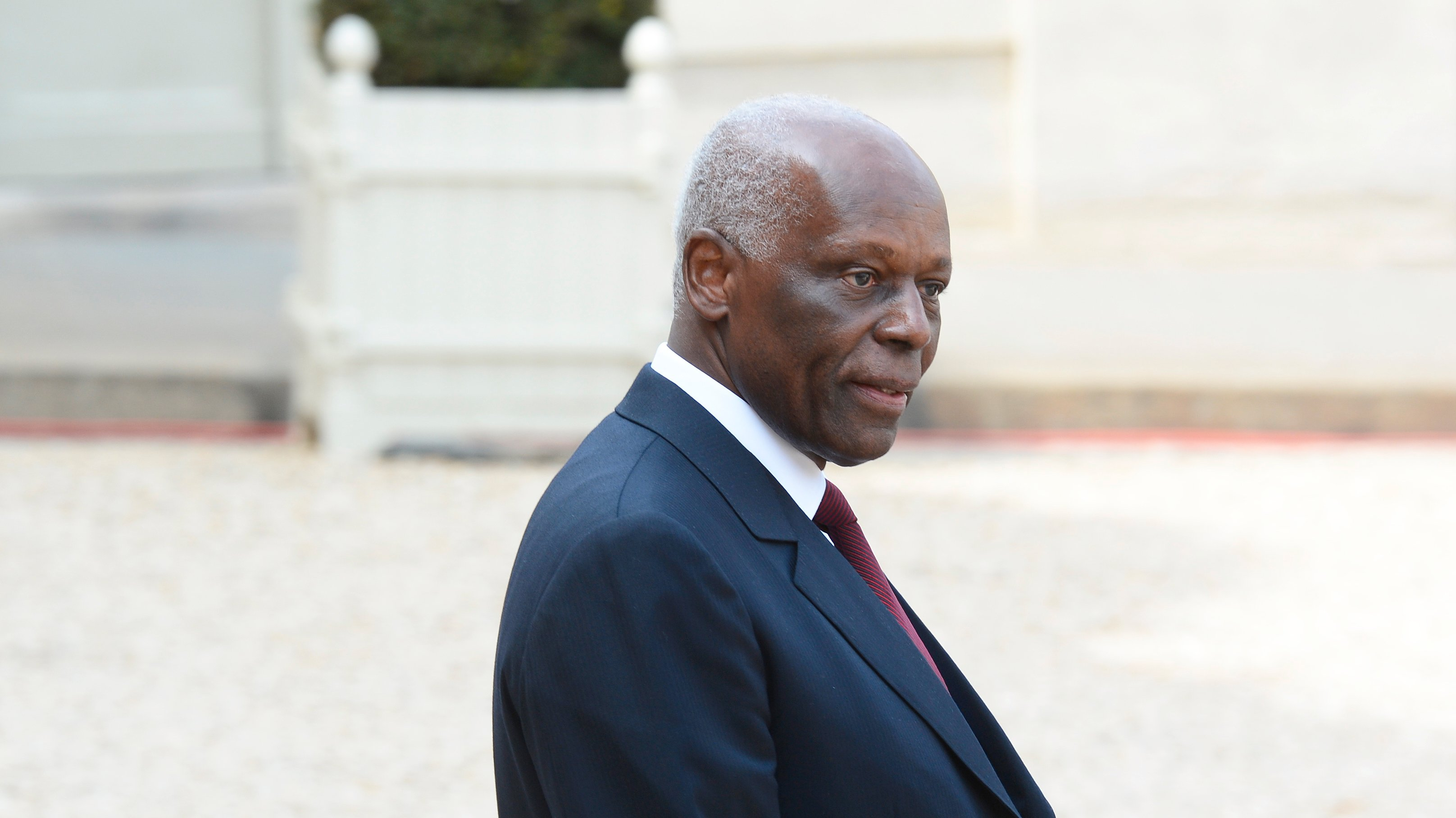 Angola President meets with President Hollande