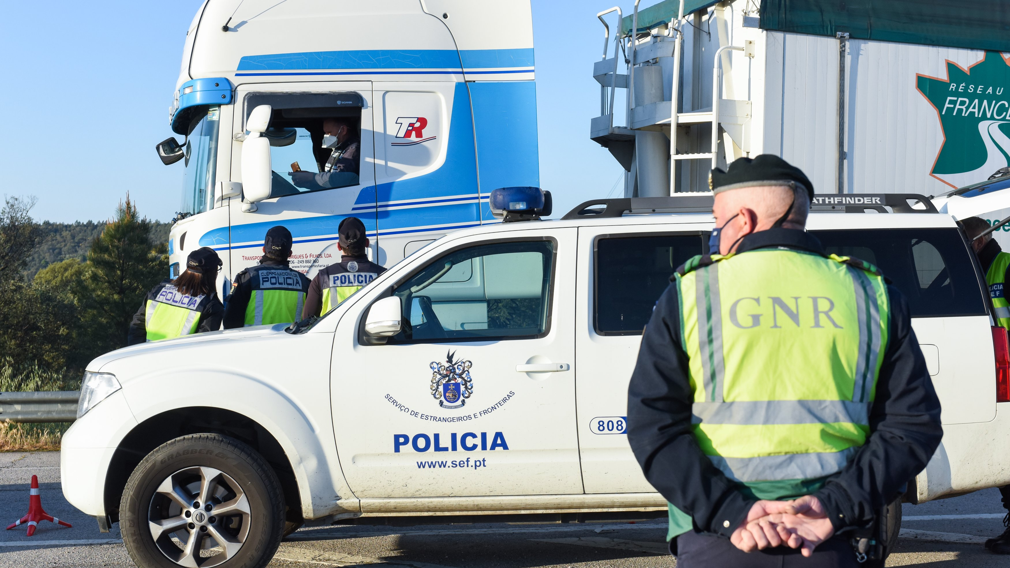 Polícias da GNR na fronteira entre Portugal e Espanha