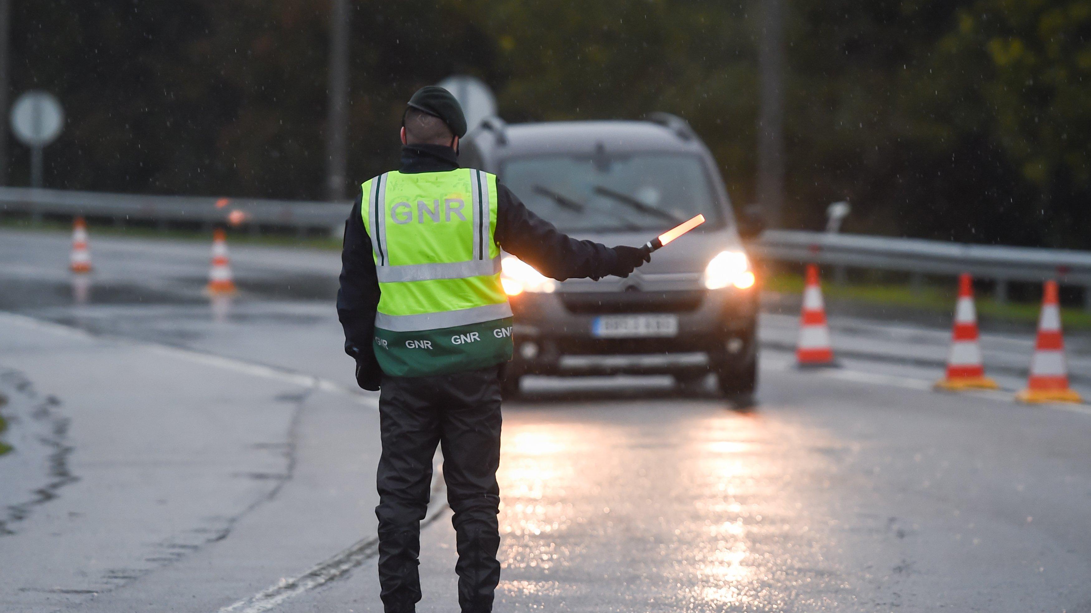 Um agente da Guarda Nacional Republicana manda parar uma viatura no âmbito de uma operação stop