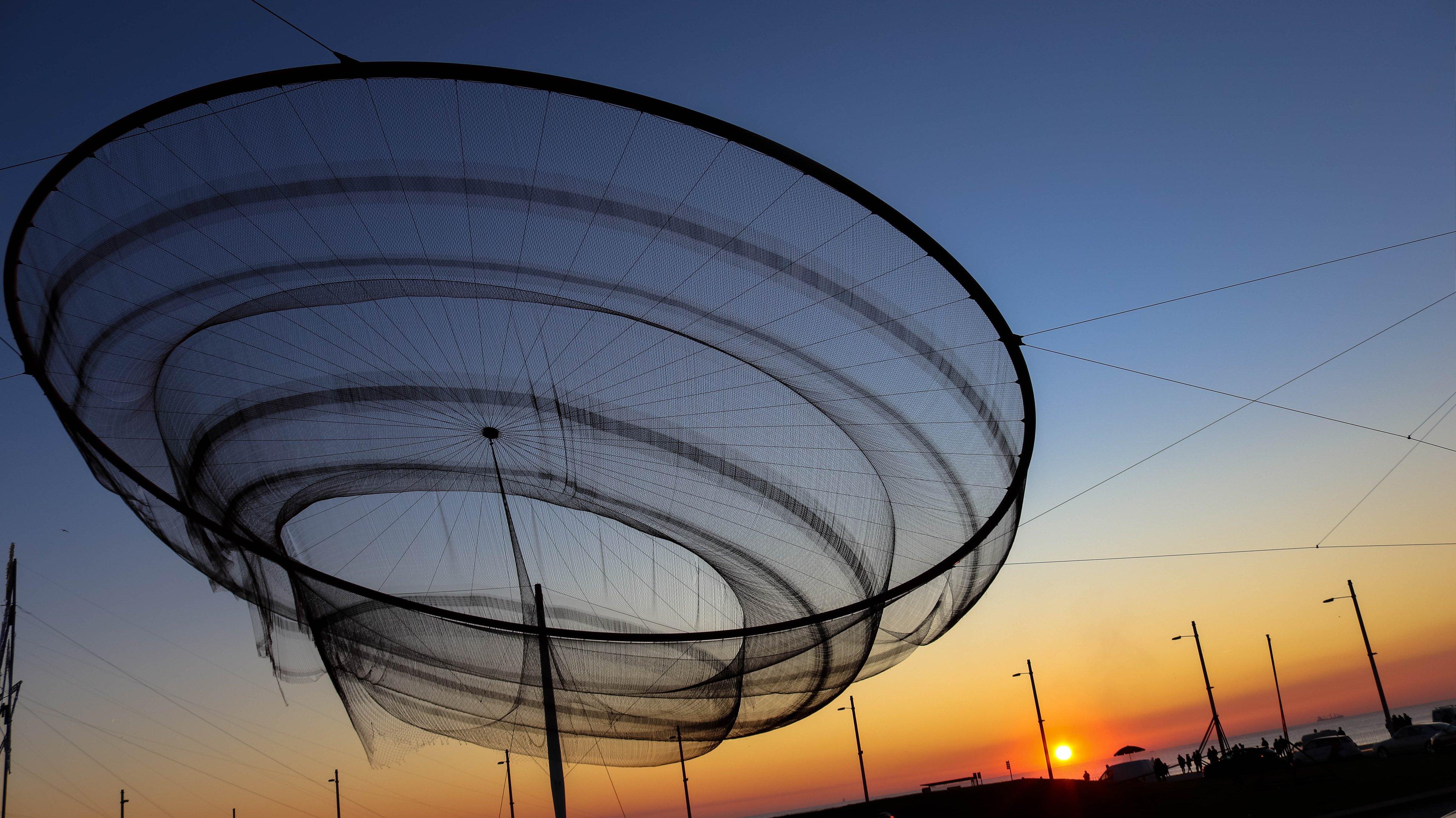 Rotunda em Matosinhos com conhecida arte plástica, um dos símbolos da cidade