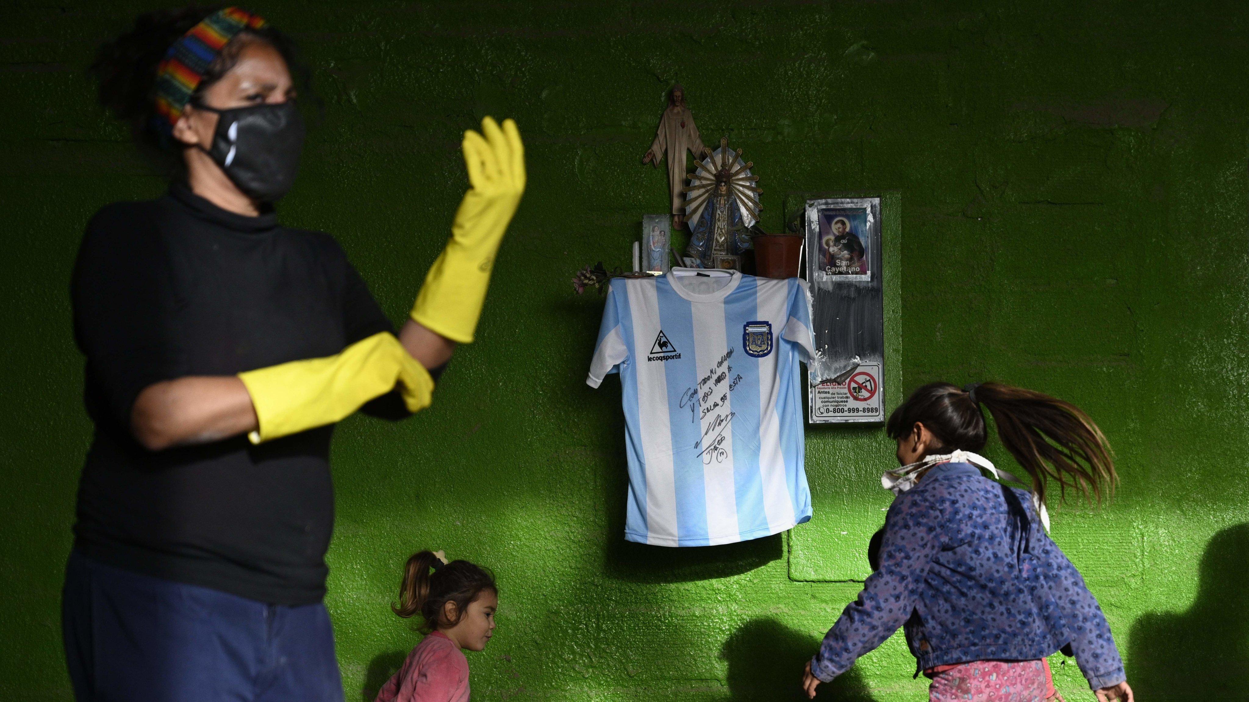 TOPSHOT-ARGENTINA-HEALTH-VIRUS-FBL-MARADONA