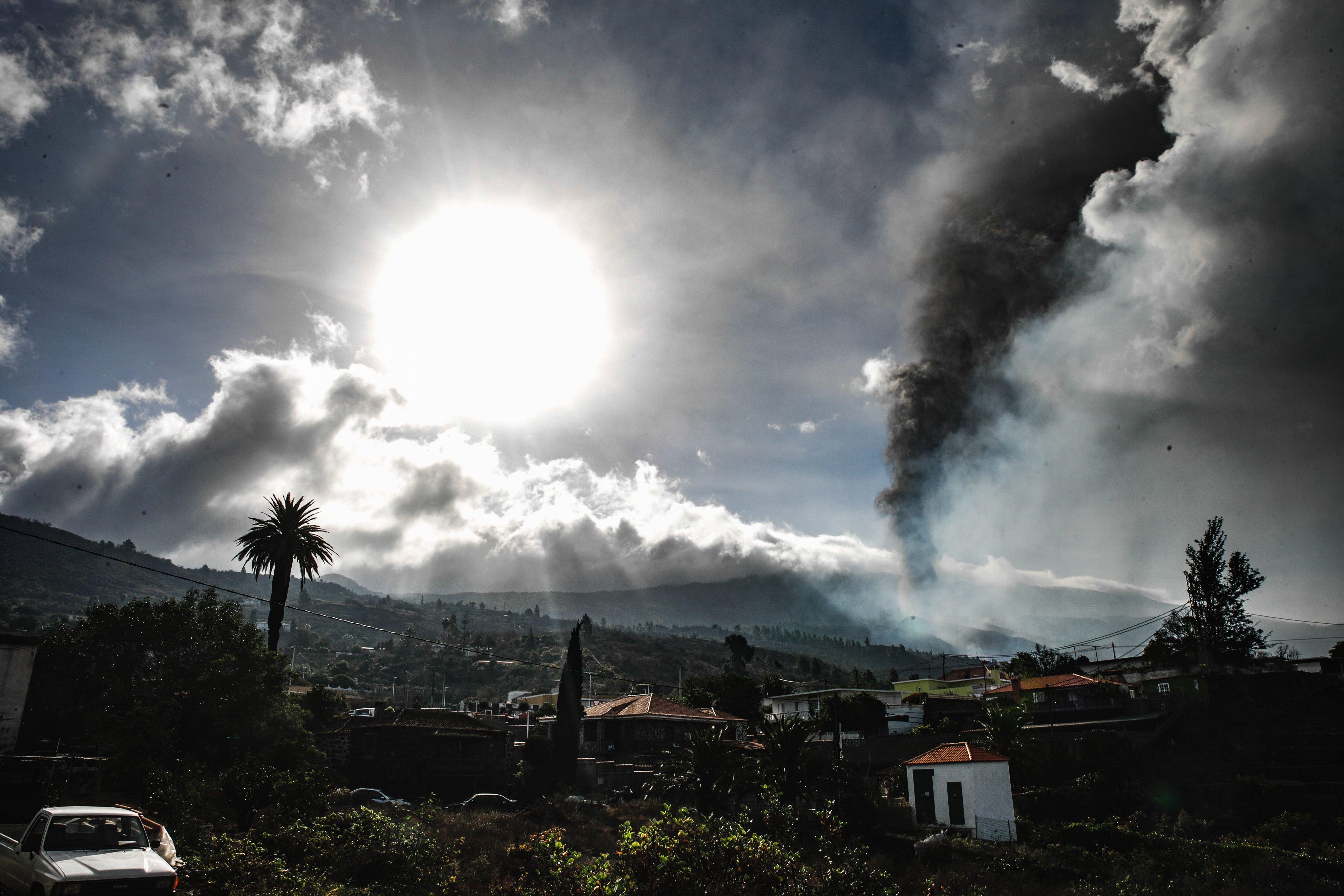 Evacuate The Town Of Todoque, In Los Llanos De Aridane (la Palma), By The Lava From The Volcano