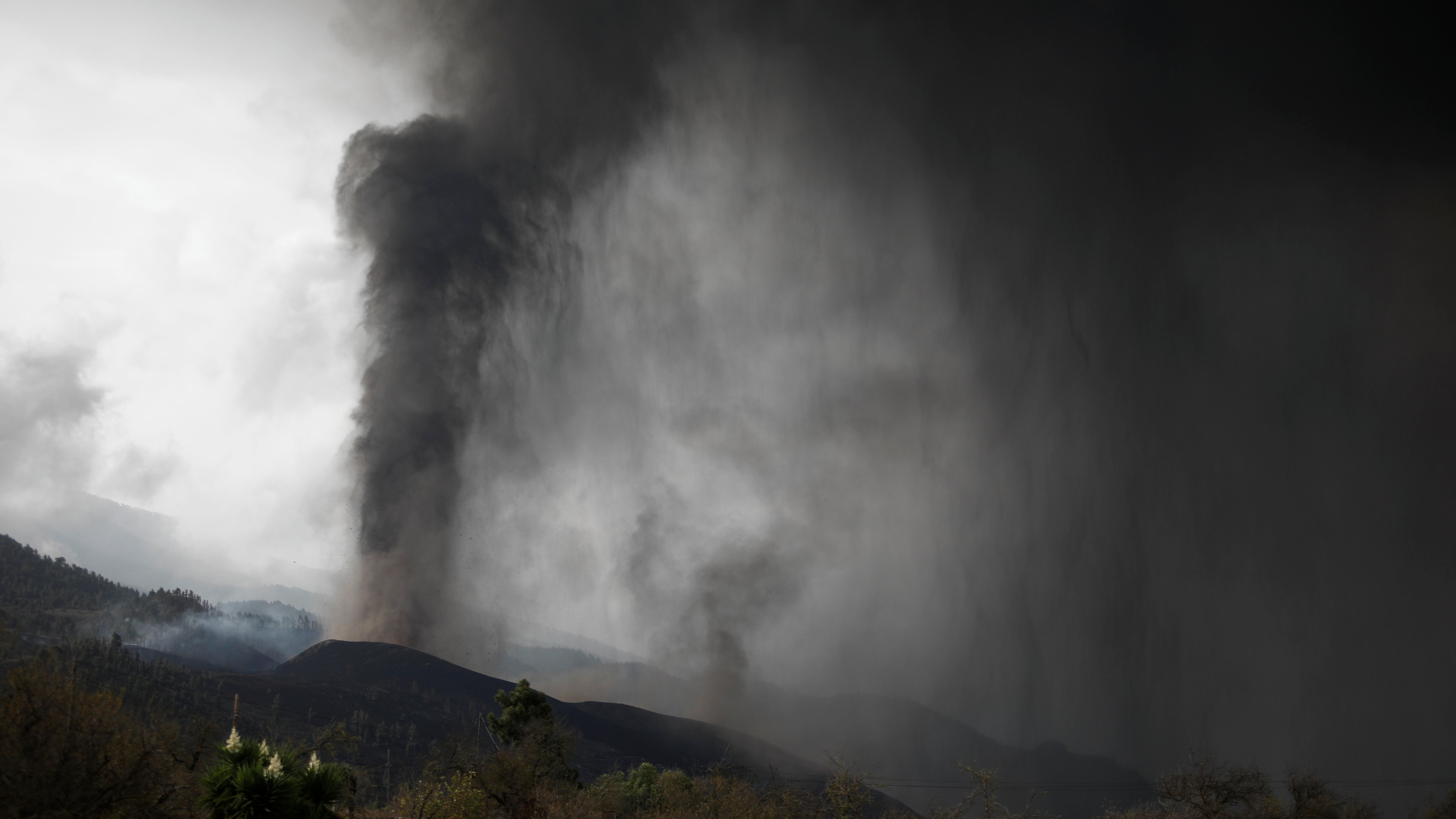 The Cloud Of Ash And Sulfur Dioxide Expelled By The Volcano Could Reach The Peninsula On Thursday