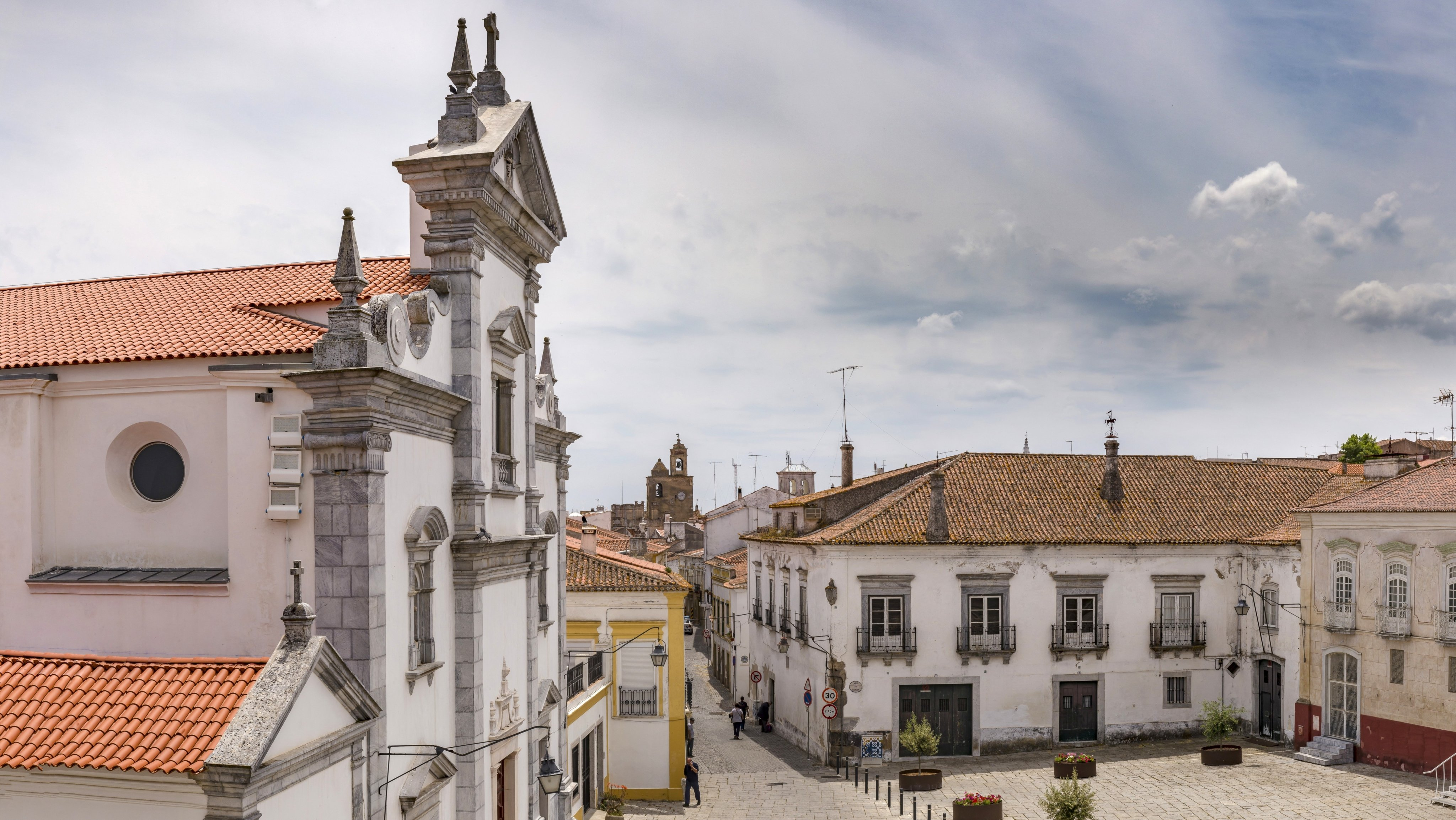 The main square with the Se Catedral de Beja.