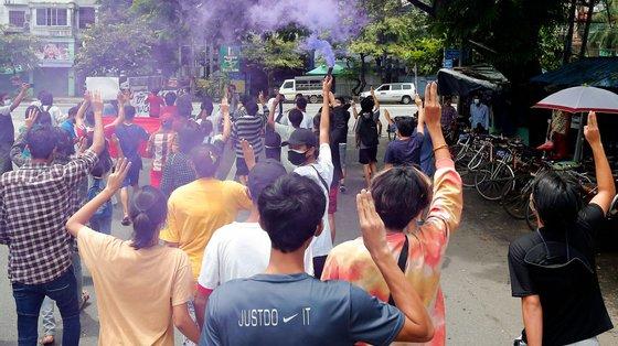 Protesto contra o golpe militar em Rangun, a 28 de julho. Os manifestantes fazem a saudação desafiadora dos três dedos