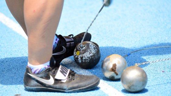 Os pesos lançados por atletas masculinos rondam os sete quilos e por atletas femininos os quatro quilos