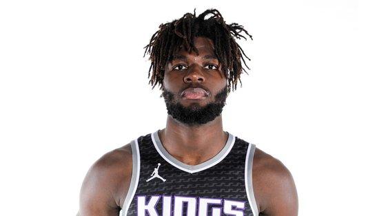 """Com 22 anos e 2,13 metros, Neemias só quer """"jogar basket"""""""