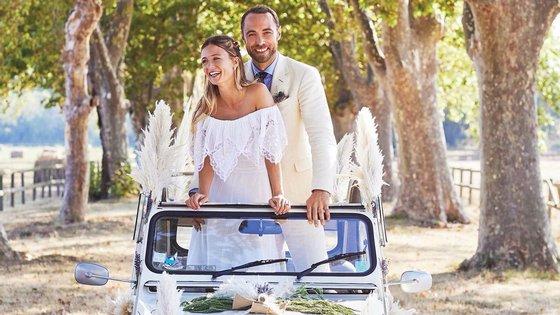 A noiva de 32 anos apaixonou-se pelo vestido durante a quarentena passada na vila de Bucklebury, em Berkshire, em casa dos pais de James Middleton