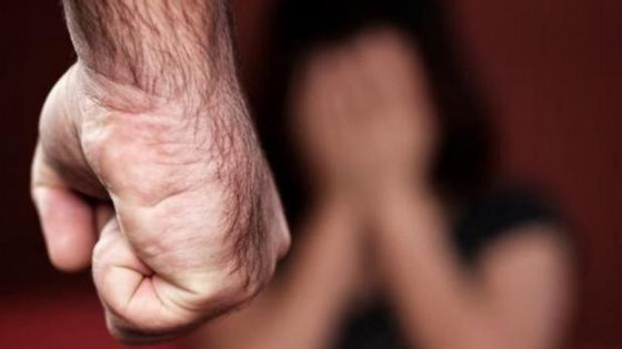 No mês de julho, agrediu o filho de 15 anos e reiterou ameaças de morte à sua esposa, com recurso a uma tesoura e duas facas de cozinha