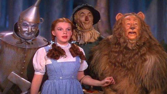 """Judy Garland no filme """"O Feiticeiro de Oz"""", de 1939, com o papel de Dorothy e o seu famoso vestido"""