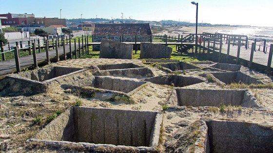 Tanques romanos para a salga de peixe, datados da época do Baixo Império Romano, na Praia de Angeiras, em Lavra