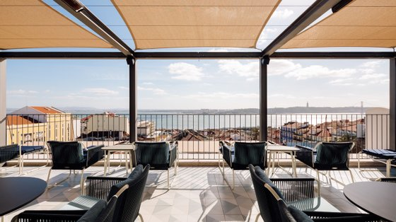 O Rooftop do Bairro Alto Hotel volta a abrir-se ao público. O brunch pode ser pedido para o 6.º piso para aproveitar as vistas © Francisco Nogueira