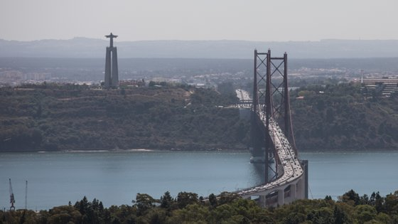 """O alerta foi recebido pelas 17h00 e na sequência do incidente, a embarcação fundeou """"junto da Ponte 25 de Abril"""""""