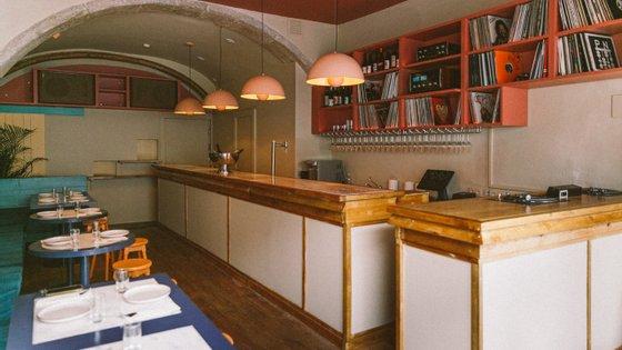 O interior tem alguns lugares, complementados com a esplanada, e é onde está montado o sistema de som clássico