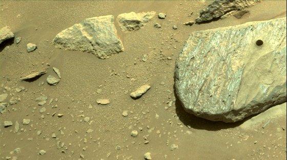 O veículo robótico poisou em Marte, onde se pensa que terá havido há milhares de milhões de anos um lago e, portanto, condições para a existência de vida tal como se conhece