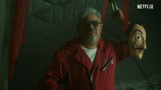 No vídeo participa também a personagem da série Lisboa