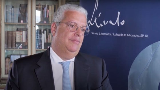 Pedro Reis, de 53 anos, é licenciado em Gestão e Administração de Empresas pela Universidade Católica Portuguesa, tendo também passado pela Harvard Business School e pelo Insead