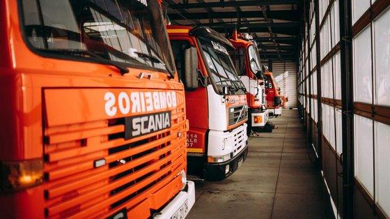 As 12 corporações integram 690 bombeiros, sendo que apenas 65 são profissionais da corporação dos sapadores de Viana do Castelo