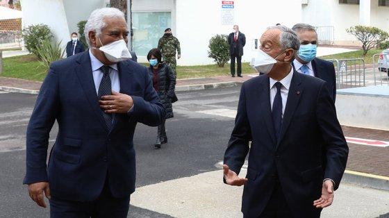 O Presidente da República, Marcelo Rebelo de Sousa (C), acompanhado pelo primeiro-ministro, António Costa (E), e pela ministra da Saúde, Marta Temido (D), durante a visita ao Hospital das Forças Armadas, em Lisboa, 26 de janeiro de 2021. ANTÓNIO COTRIM/LUSA