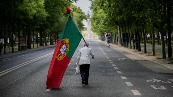 José Sena Goulão fotografou o homem que percorreu isolado a Avenida da Liberdade no dia 25 de Abril de 2020, em plena pandemia