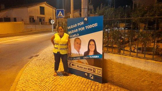 Linda Oliveira numa ação noturna de afixação de cartazes em agosto. Fotografia da página de Facebook da candidata
