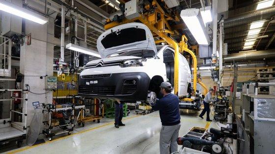 Desde março que a fábrica do grupo Stellantis tem sido obrigada a parar alguns dias por mês devido à falta de semicondutores, tendo de ajustar a sua produção ao não fornecimento de peças