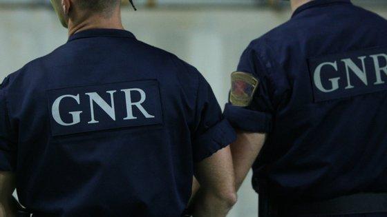 """Os militares apuraram ainda que, """"durante a fuga"""", o homem, residente em Espanha, """"tinha abandonado material furtado"""""""