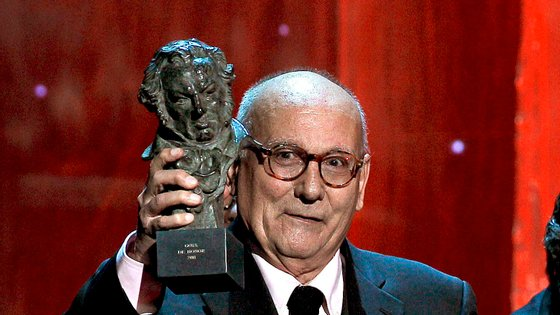 epa02581799 Spanish director Mario Camus holds his Honorary Goya Award for lifetime achievement during the 25th annual Goya Awards ceremony at the Royal Theatre in Madrid, Spain, 13 February 2011.  EPA/BALLESTEROS