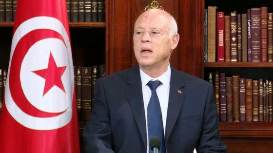 O Presidente da Tunísia já tinha destituído o primeiro-ministro e afastado os ministros interinos da Defesa e da Justiça