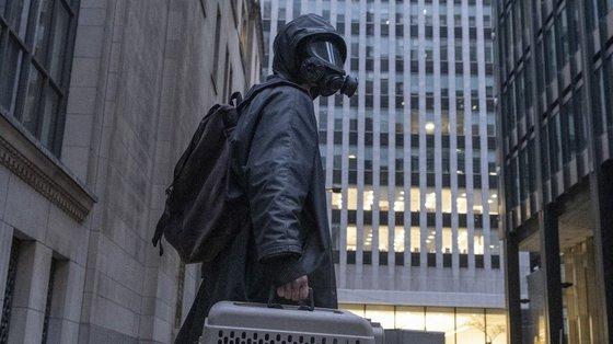 Atrás da máscara está Yorick (interpretado por Ben Schnetzer). Ele e o seu macaco de estimação foram os únicos seres vivos com o cromossoma Y que sobreviveram a uma extinção apocalíptica
