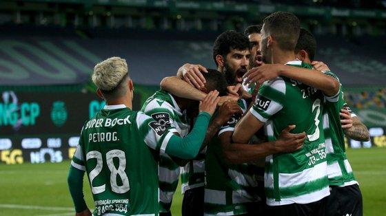 Sporting sagra-se campeão se vencer Boavista em Alvalade na terça-feira mas até pode festejar no sofá caso o FC Porto não ganhe ao Farense