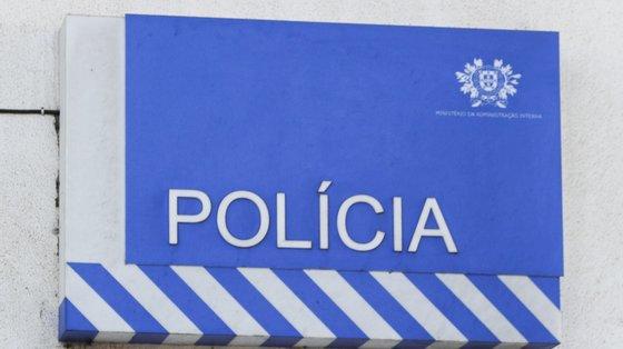 A PSP refere que os suspeitos foram intercetados por polícias, quando estavam a sair do estabelecimento